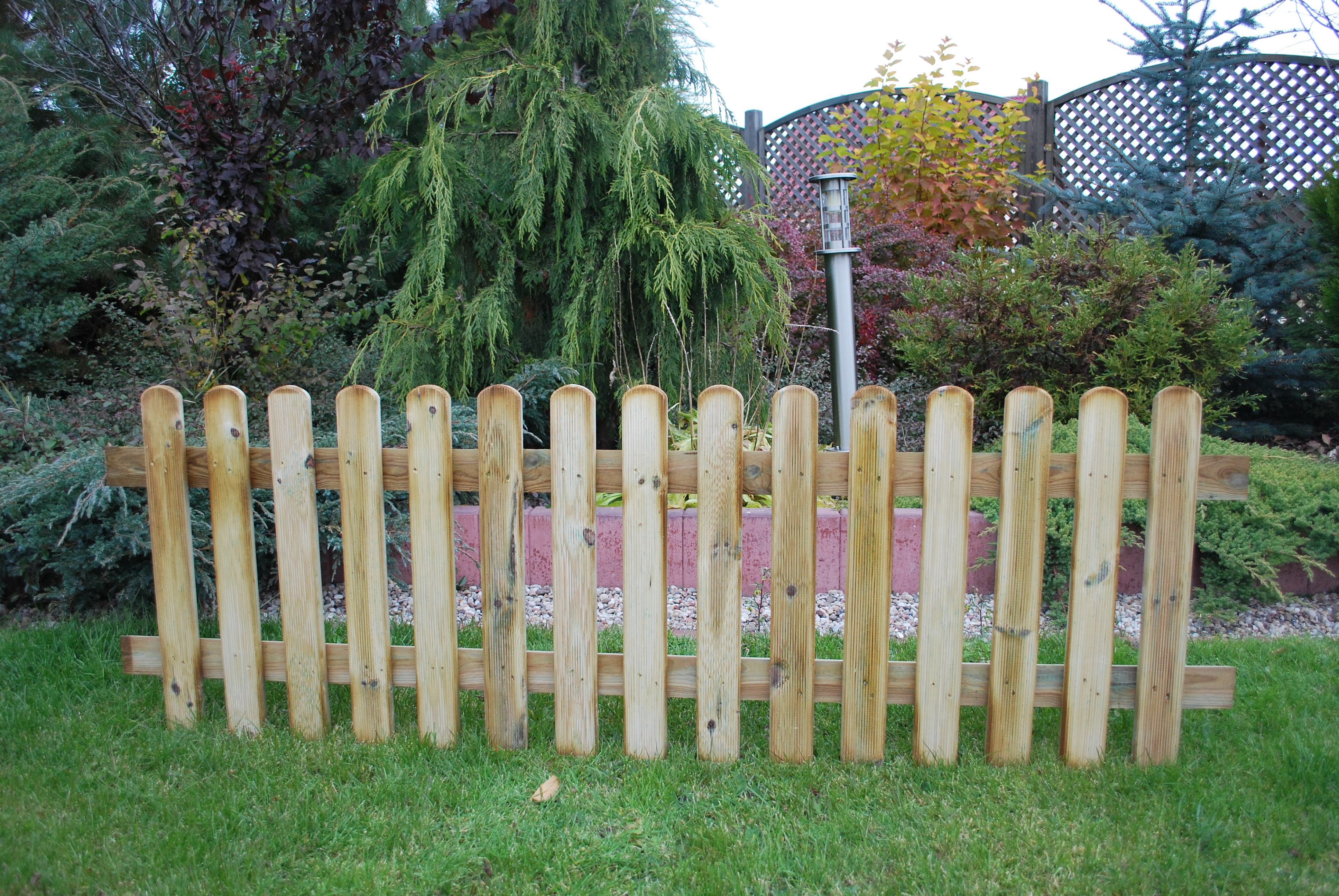 128. PICKET FENCE- 600h mm x 1828w mm RIBBED ONE SIDE - 15 PALINGS 18 x 70